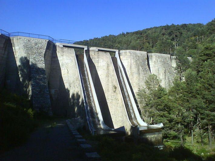 Valle del río Moros, presa del embalse del Vado de las Cabras. El Espinar, Segovia, España. Autor: Txo.
